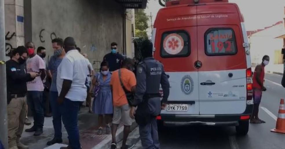 Homem é assassinado e duas mulheres são baleadas no Centro de Vitória — Foto: Reprodução/TV Gazeta