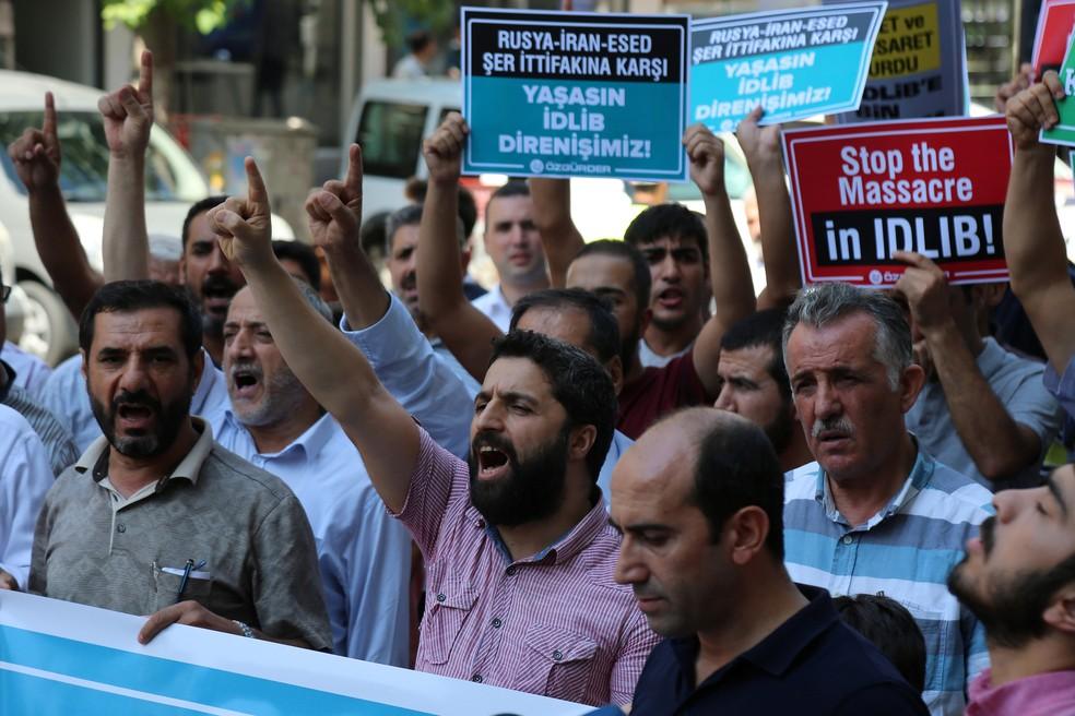 -  Manifestantes protestam contra operação síria na província de Idlib, noroeste da Síria  Foto: Sertac Kayar/Reuters