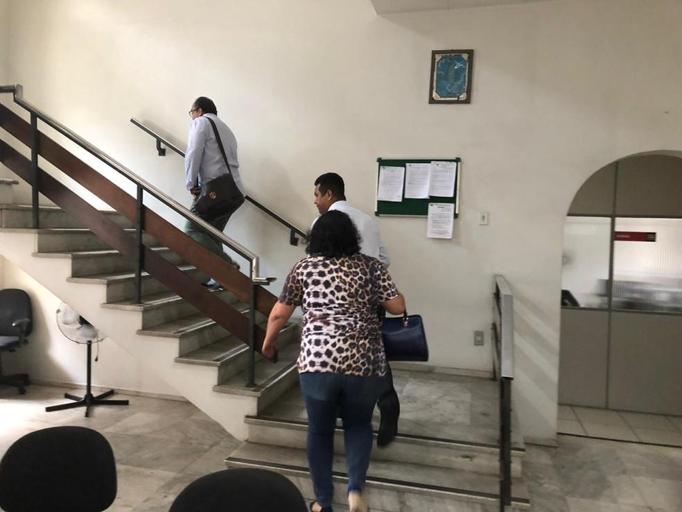Assessores do vereador Claudio Duarte chegam à delegacia — Foto: Carlos Amaral/Globo