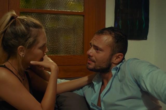 Louise D'Tuani e Adriano Toloza em 'Fake' (Foto: Divulgação)
