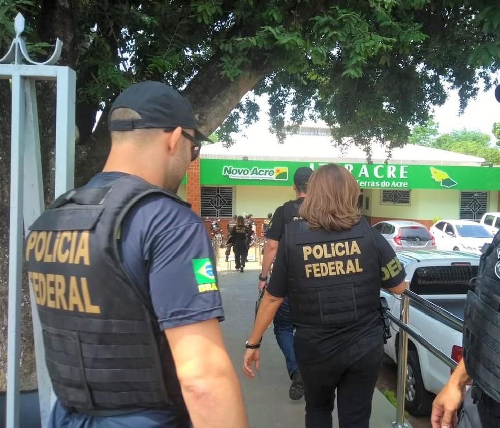 Entre os envolvidos, estão servidores públicos e ocupantes de cargos em comissão do Iteracre — Foto: Divulgação/PF-AC