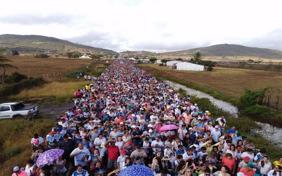 Os romeiros carregam na caminhada relatos de curos atribuídos a Mãe de Jesus. — Foto: Admarcos Santana