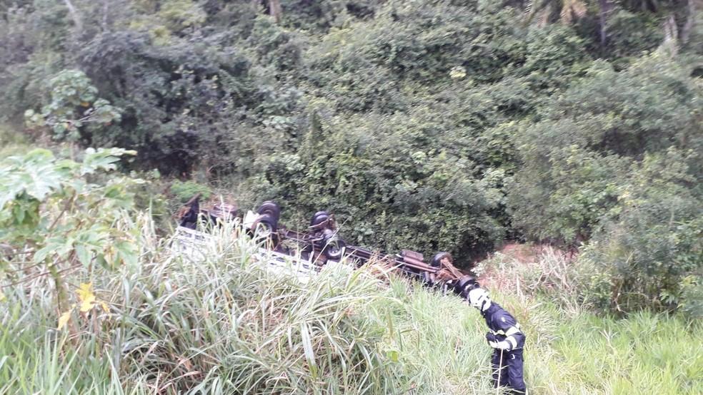 Motorista morre após perde controle de caminhão e cair em penhasco na BR-101, sul da Bahia — Foto: Divulgação/Corpo de Bombeiros