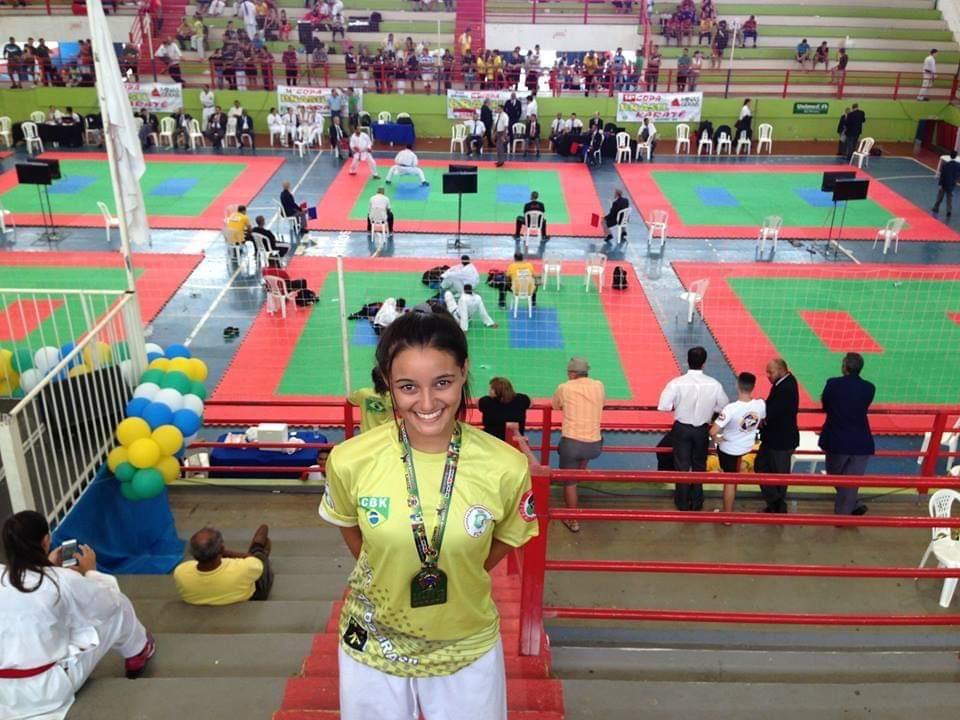 Carateca de Fortaleza tenta recuperar mais de 150 medalhas jogadas no lixo por engano