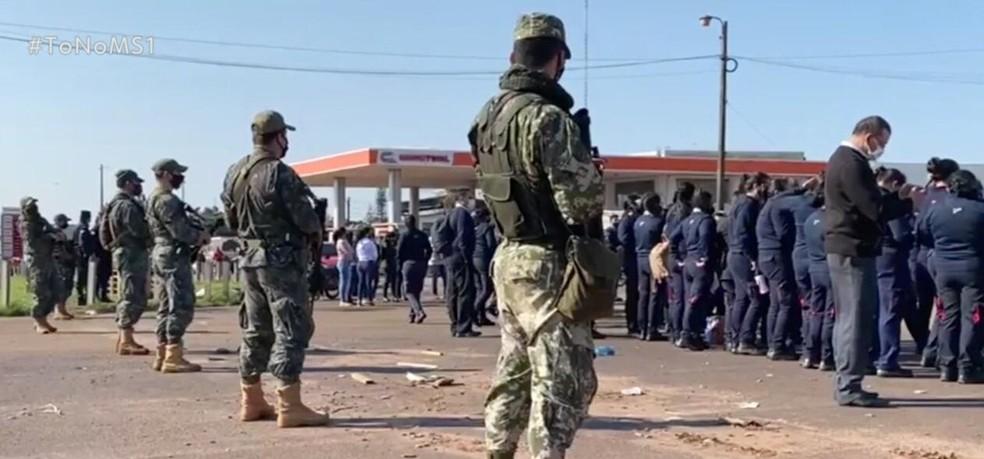 Comerciantes paraguaios protestam pela reabertura da fronteira sob vigilância do exército do país vizinho.  Foto: TV Morena/Reprodução
