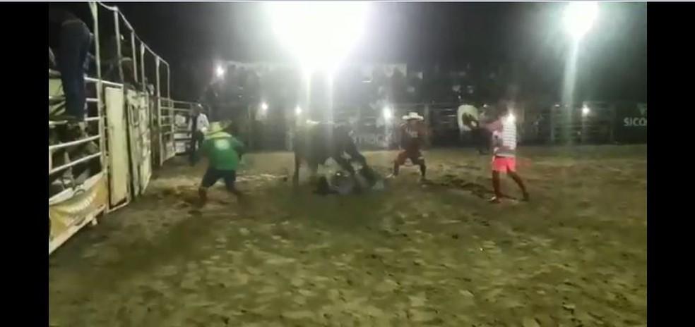 Peão morre após montaria em touro — Foto: Reprodução