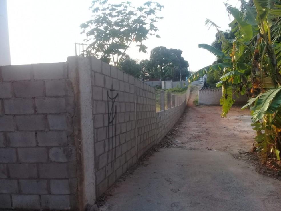 Segundo a prefeitura, muro impedia acesso de moradores — Foto: Luiz Alves/Secom Cuiabá