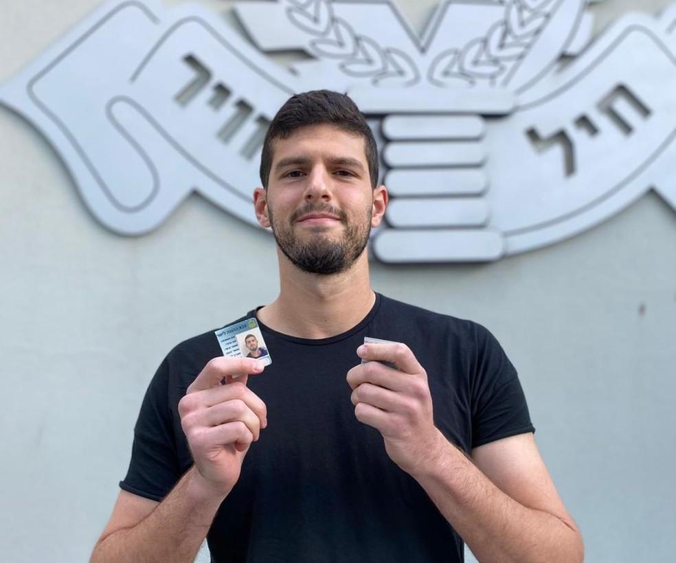 Goleiro Daniel Tenembaum, do Maccabi Tel Aviv, corta a carteira de identidade do exército, em ato simbólico pelo fim do serviço militar — Foto: Arquivo pessoal