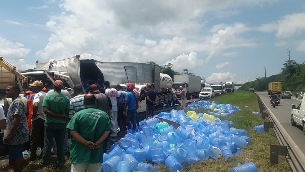 Acidente entre caminhões e carro deixa feridos na BR-324 — Foto: Reprodução/Redes Sociais