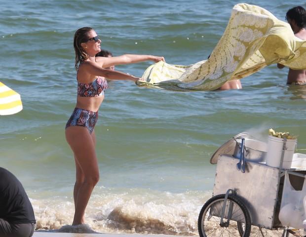 Ellen Jabour vai à praia no Rio com o namorado,  Jonathan Corrêa (Foto: AgNews / Dilson Silva)