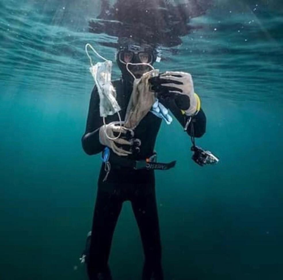 Mergulhador com máscaras encontradas na coxta francesa — Foto: Reprodução Instagram Operation Mer Propre