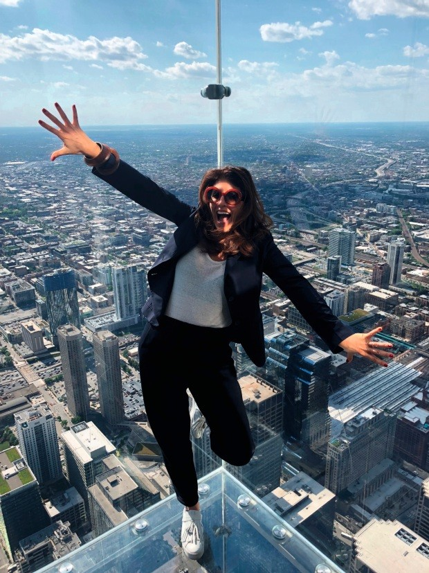 Taissa Buescu no 103º andar da Willis Tower, em Chicago
