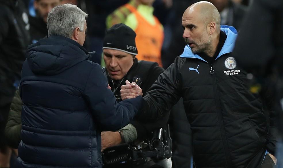 Mourinho e Guardiola se cumprimentam após Tottenham 2 x 0 Manchester City em fevereiro — Foto: Reuters