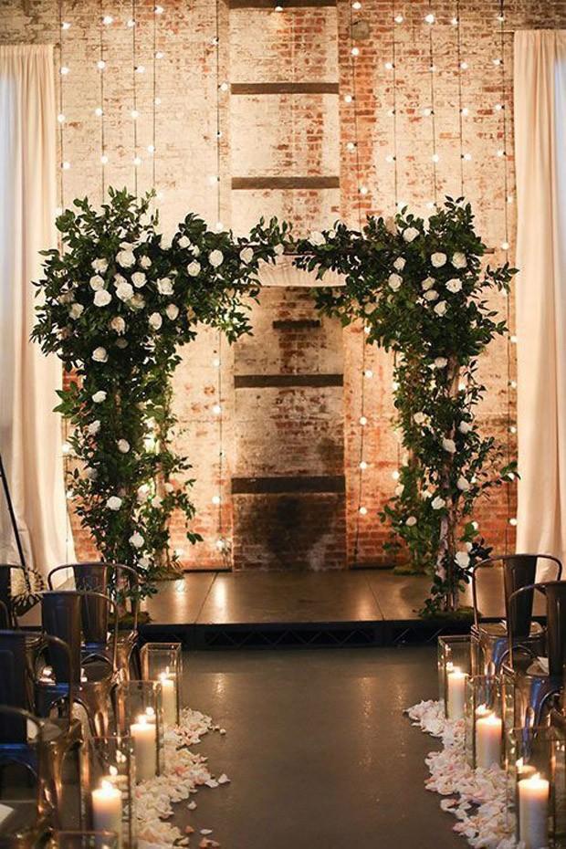 Coroa de flores iluminada em casamento (Foto: Pinterest/Reprodução)