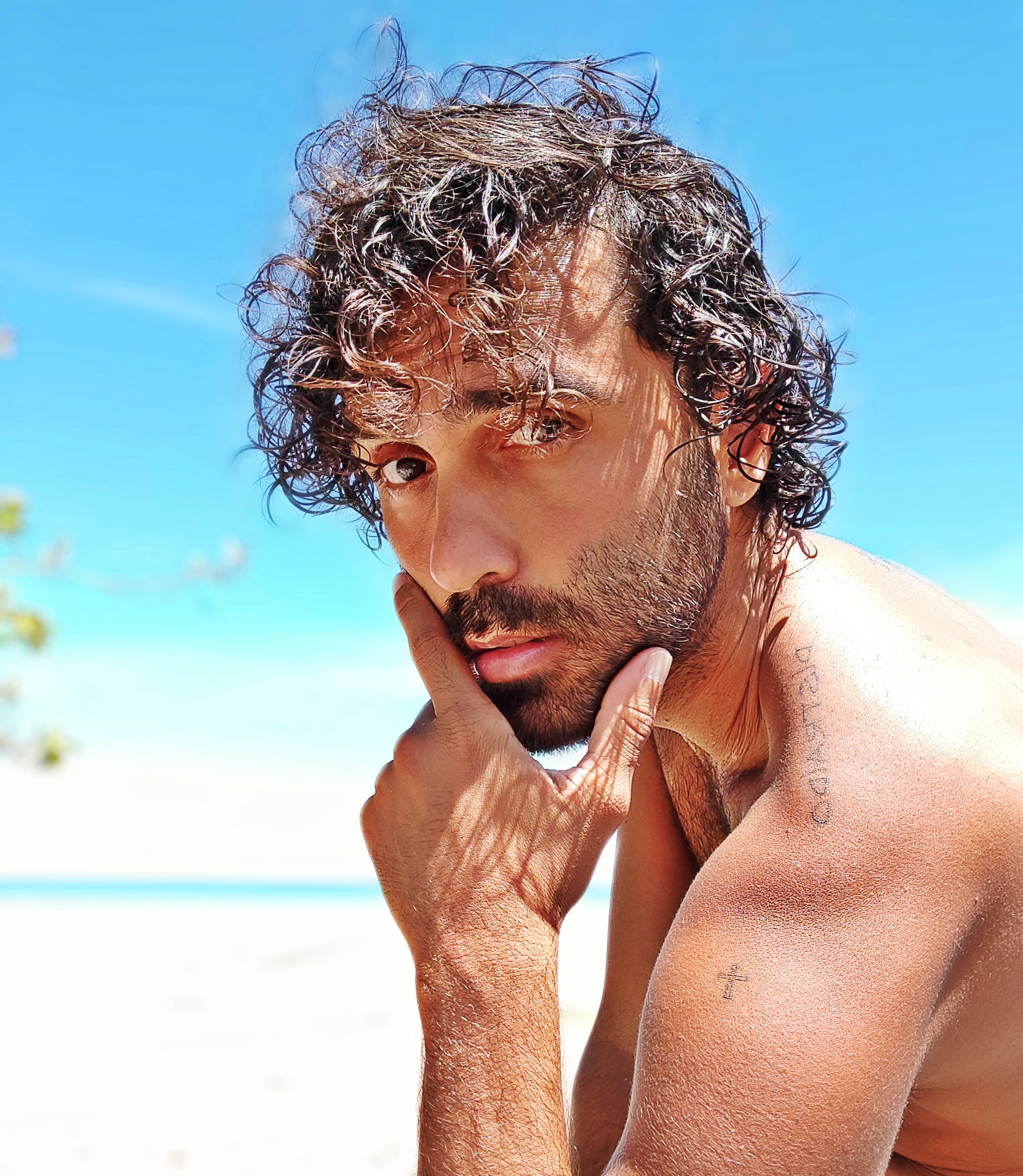 Rico Ayade encara 'O leãozinho' com olhar gay em EP em que canta Caetano Veloso