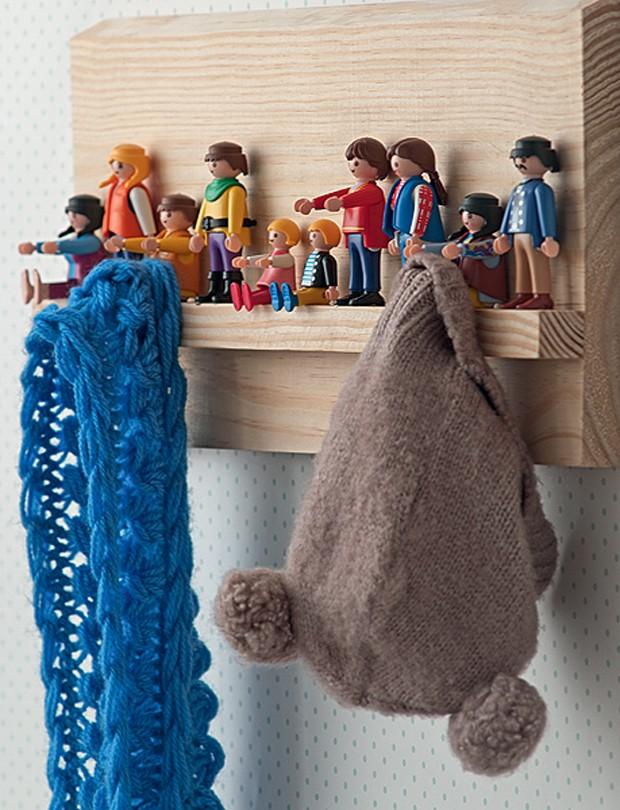 Os bonecos de Playmobil foram resgatados entre os brinquedos e fixados com cola quente a uma tábua de madeira. Agora, dão um toque divertido ao cabideiro. Produção de Tatiana Guardian e Verônica Naka. (Foto: Luis Gomes/Casa e Jardim)