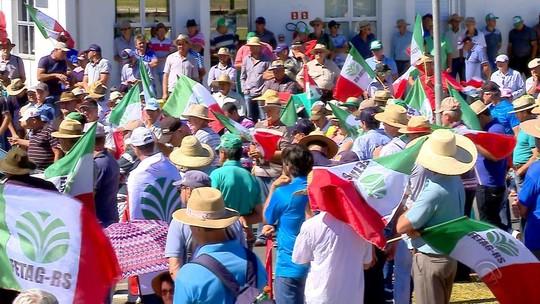 Agricultores protestam contra o baixo preço pago pelo leite no Rio Grande do Sul