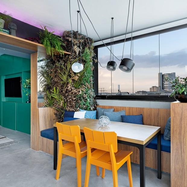 Toque verda: 10 varandas com prateleiras com plantas (Foto: Julia Ribeiro)