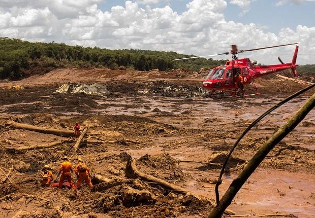 Bombeiros buscam vítimas em área afetada pela a lama em Brumadinho (Foto: Rodney Costa/Getty Images)