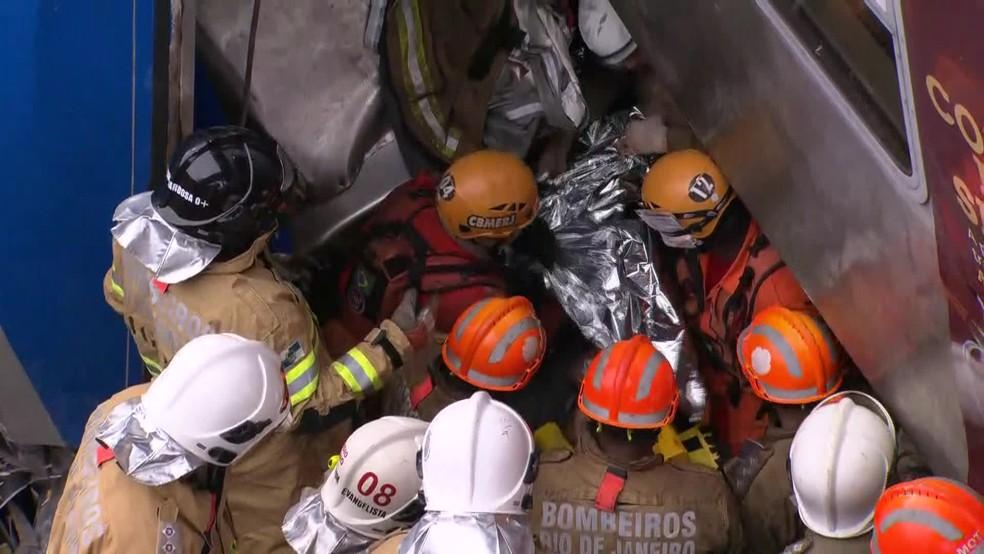 Bombeiros colocam cobertor térmico em motorista na hora que ele foi retirado do trem — Foto: Reprodução/Globonews