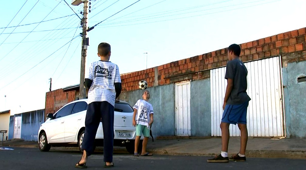 6665d07ac ... Crianças da Vila São Paulo adotam as ruas como área de lazer — Foto   Reprodução
