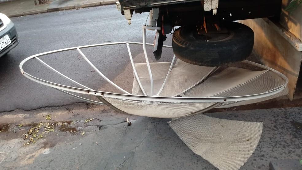 Vento forte derrubou antena de residência em Presidente Prudente — Foto: Defesa Civil