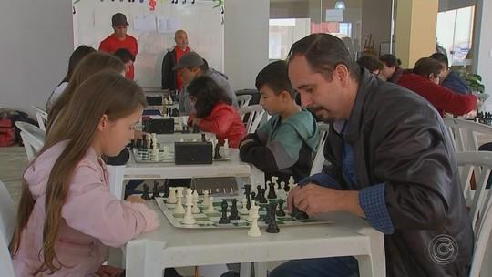 Jogadores de xadrez participam de campeonato em Capão Bonito