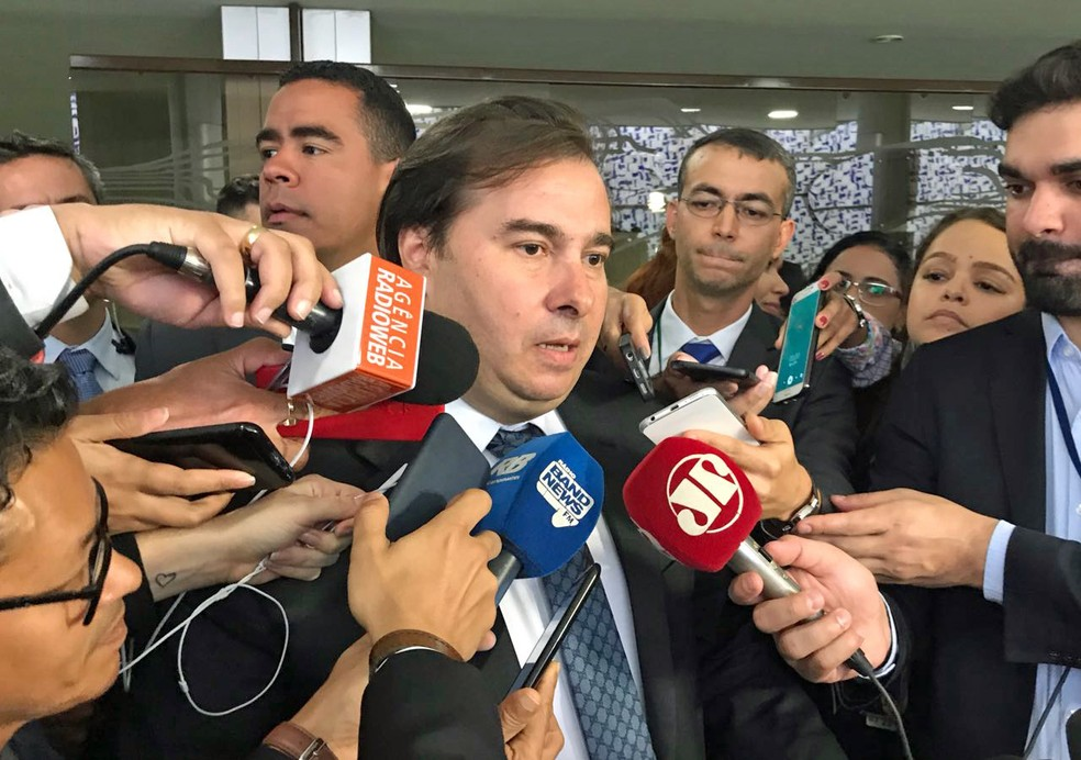 O presidente da Câmara, Rodrigo Maia (DEM-RJ), durante entrevista na qual anunciou a data da votação da reforma da Previdência (Foto: Alessandra Modzeleski/G1)