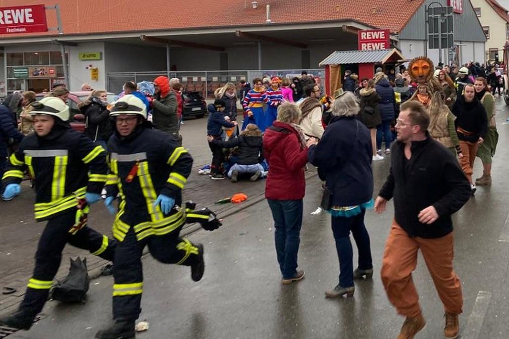 Carro atropelou várias pessoas na acidade alemã de Volkmarsen — Foto: Elmar Schulten/Waldeckische Landeszeitung/Reuters