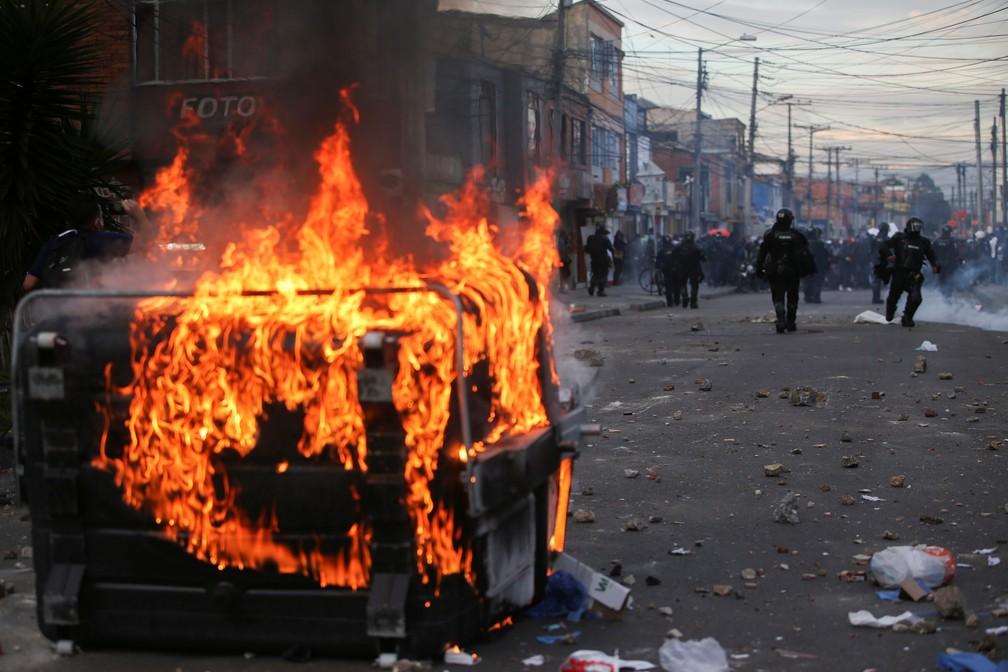 Um contêiner de lixo pega fogo durante os protestos em Bogotá, na Colômbia, em 9 de setembro de 2020 — Foto: Luisa Gonzalez/Reuters