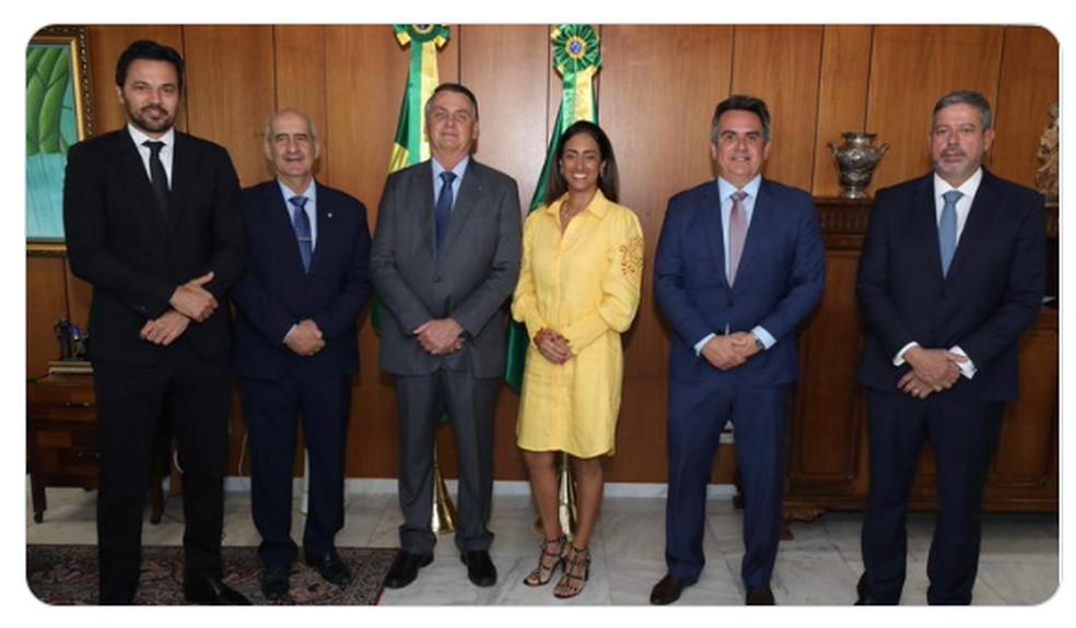 O novo ministro Ciro Nogueira posou para foto no Planalto ao lado de Arthur Lira (ambos à direita), do presidente Bolsonaro e dos ministros Flávia Arruda, Luiz Eduardo Ramos e Fábio Faria — Foto: Reprodução