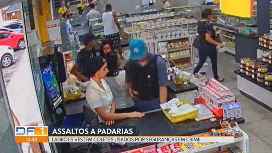 Bandidos vestem coletes usados por seguranças para assaltar padaria