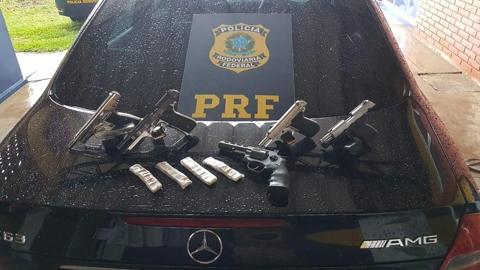Pai e filho são presos transportando armas em fundo falso de carro, em Virmond — Foto: Divulgação/PRF