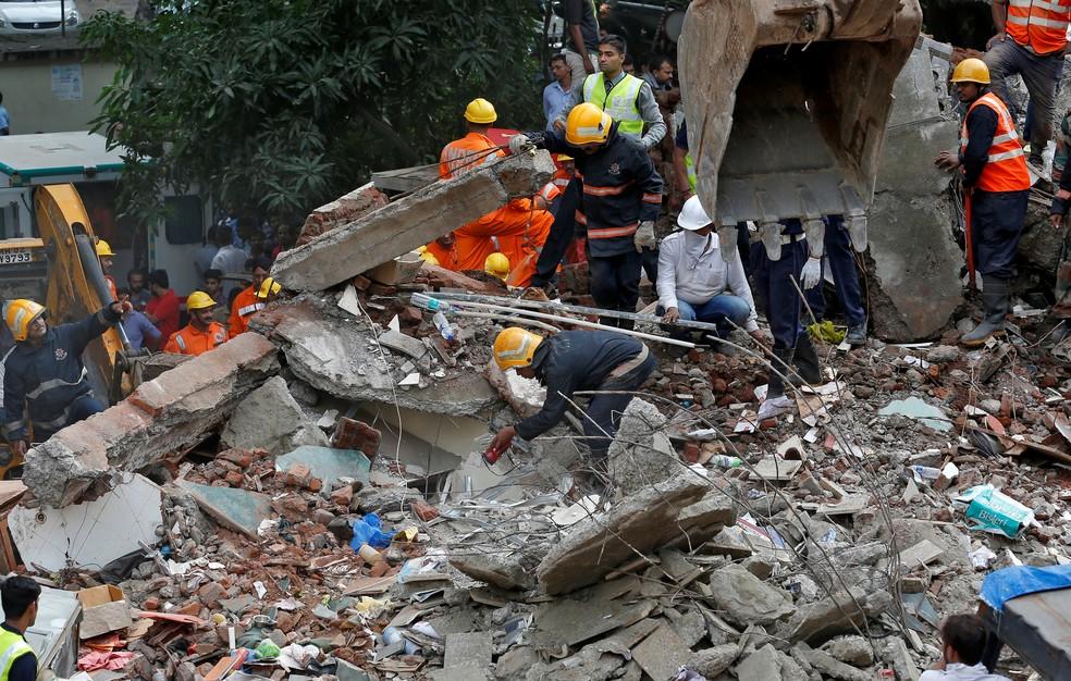 Bombeiros trabalham no resgate de vítimas de desabamento de prédio no subúrbio de Mumbai (Foto: REUTERS/Danish Siddiqui)
