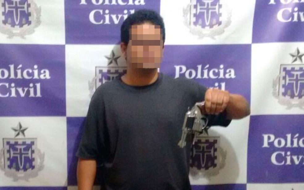 Suspeito foi preso com arma usada para matar a ex-mulher na Bahia (Foto: Divulgação/Polícia Civil)