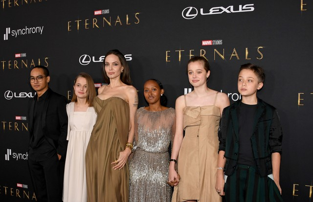 LOS ANGELES, CALIFORNIA - OCTOBER 18: (L-R) Maddox Jolie-Pitt, Vivienne Jolie-Pitt, Angelina Jolie, Zahara Jolie-Pitt, Shiloh Jolie-Pitt, and Knox Jolie-Pitt arrive for the World Premiere of Marvel Studios' Eternals at the El Capitan Theatre in Hollywood  (Foto: Getty Images for Lexus)