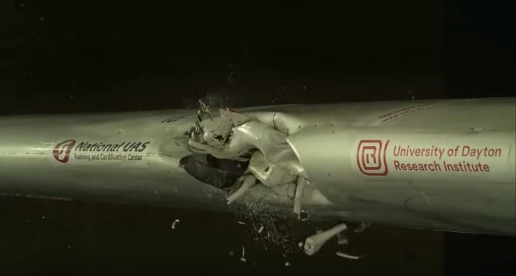 Momento em que drone se choca contra asa de avião (Foto: Divulgação)