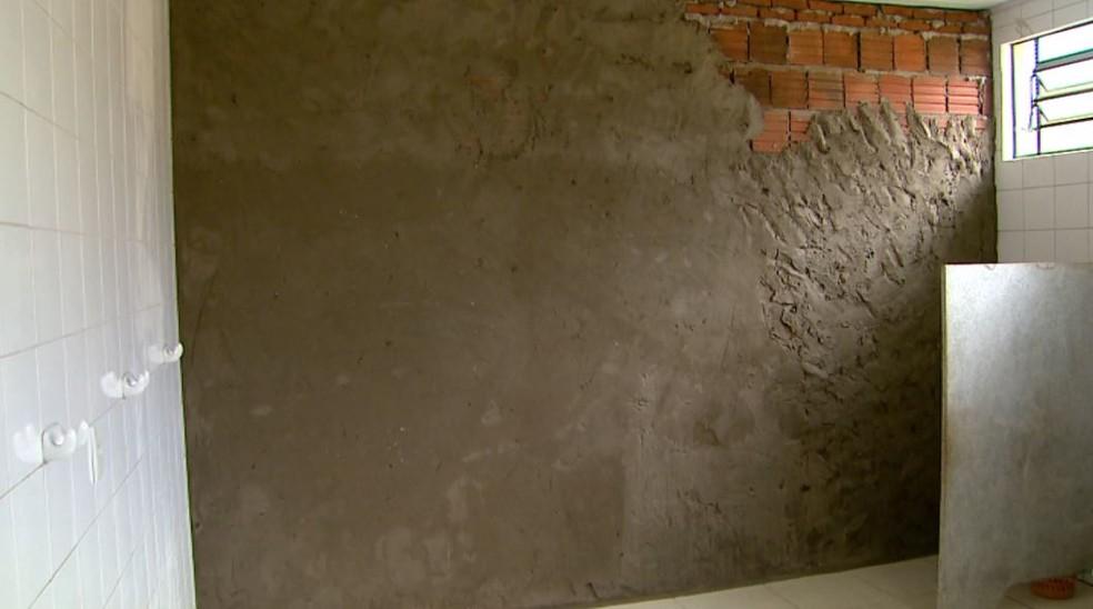 Prefeitura construiu parede para tornar banheiros das crianças independentes em creche de Barretos, SP — Foto: Fabio Junior/EPTV