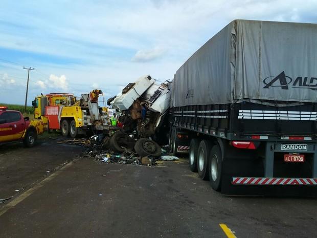 Dois veículos de carga bateram de frente e um dos motoristas morreu (Foto: Assessoria/PRF-MT)