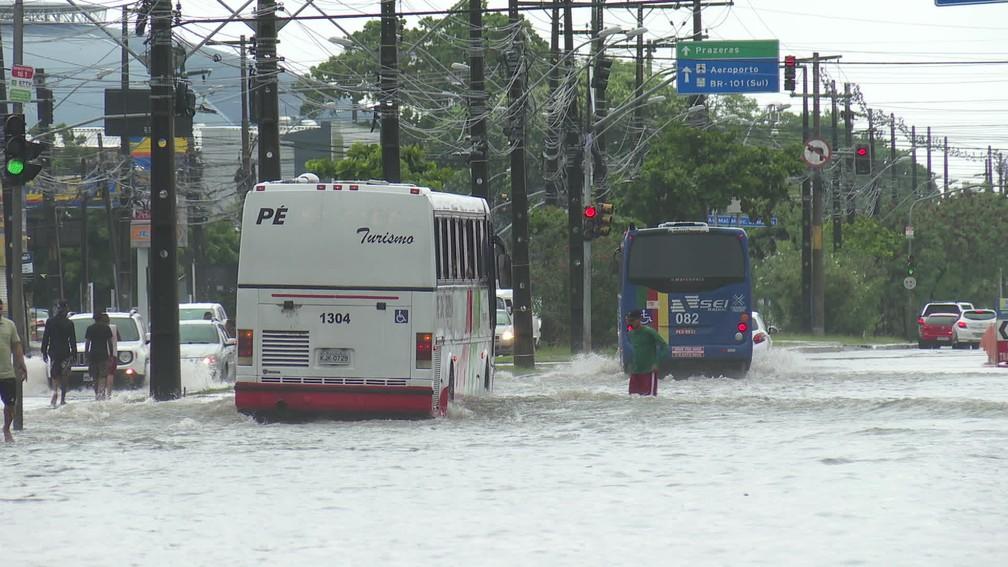 Alagamento é registrado na Avenida Mascarenhas de Morais, na Zona Sul do Recife, neste domingo (16) — Foto: Reprodução/TV Globo