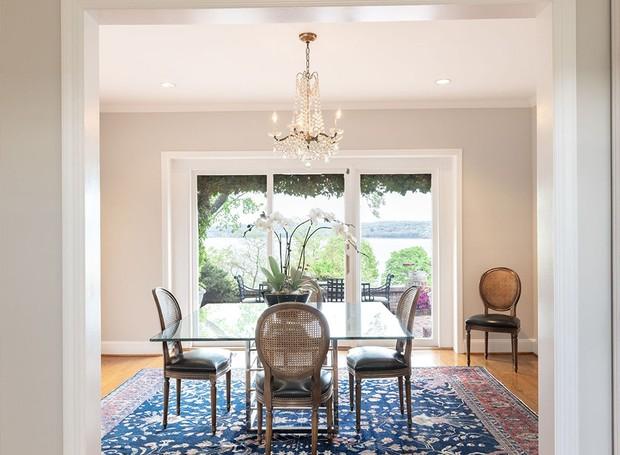 Há duas salas de jantar, mas ambas possuem a decoração vintage (Foto: Ellis Sotheby's International Realty/ Reprodução)