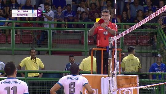 Wallace se irrita com árbitro e acaba expulso de set na derrota do Sesc/Rio para o Cruzeiro