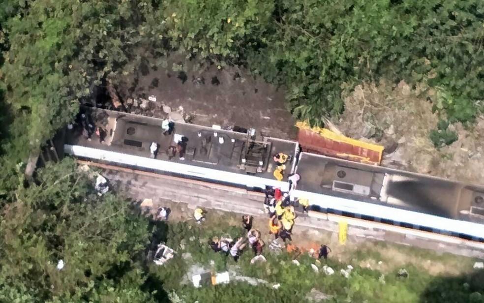 Imagem aérea de trem descarrilado em Taiwan — Foto: Central de Operações de Emergência / via AFP Photo