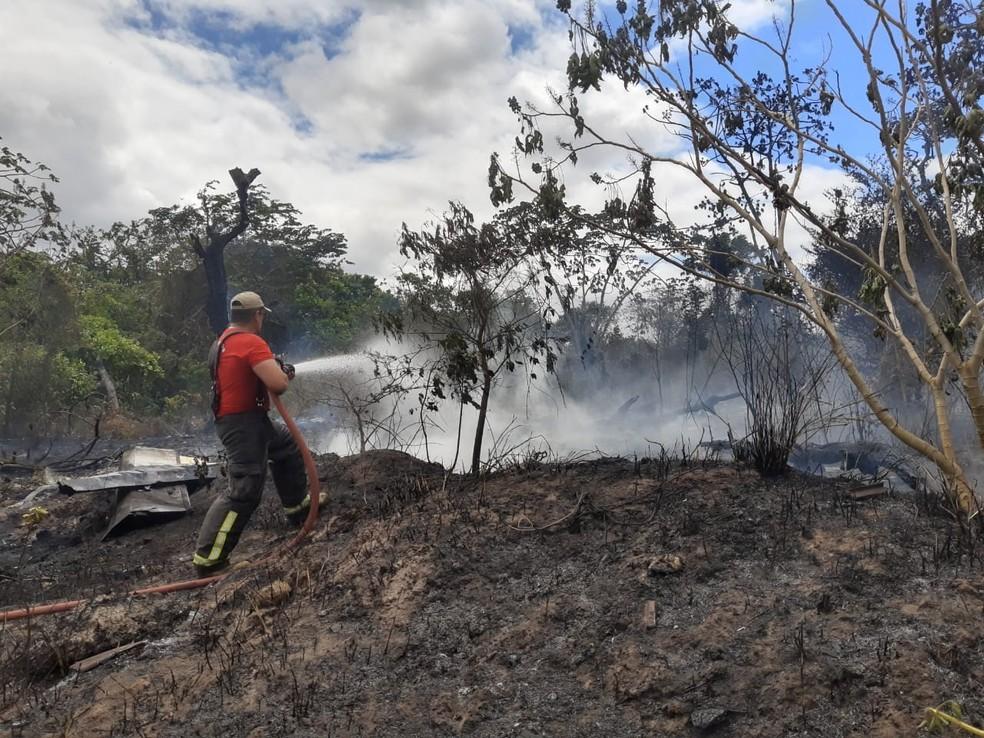 Militar do Corpo de Bombeiros trabalha para conter as chamas em área de vegetação do Rio Grande do Norte — Foto: Lucas Cortez/Inter TV Cabugi