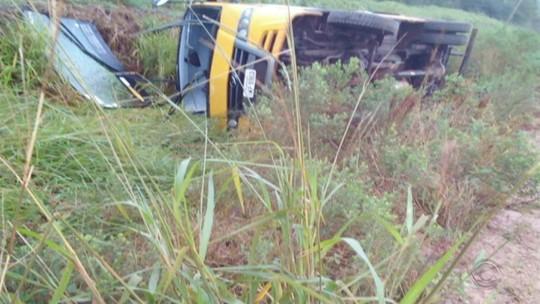Micro-ônibus com 20 alunos tomba em trecho sem asfalto da ERS-403 em Rio Pardo