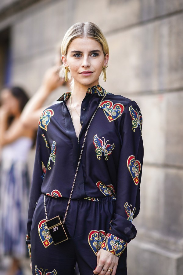 PARIS, FRANCE - JULY 04:  Caroline Daur wears a dar pyjama outfit with colored prints , outside Elie Saab, during Paris Fashion Week Haute Couture Fall Winter 2018/2019, on July 4, 2018 in Paris, France.  (Photo by Edward Berthelot/Getty Images) (Foto: Getty Images)