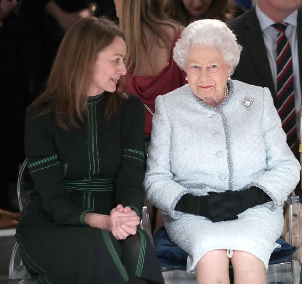 Rainha Elizabeth II na fila A do desfile de Richard Quinn (Foto: Getty Images)