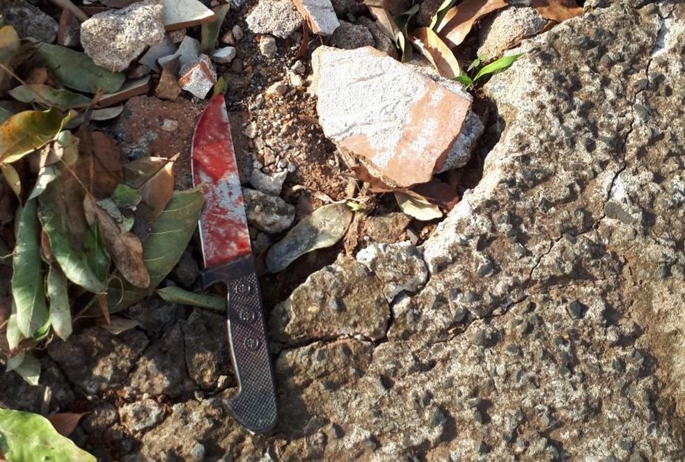 Faca com sangue foi localizada no local do crime na manhã desta quinta-feira , em São José do Rio Preto (SP) (Foto: Arquivo Pessoal )