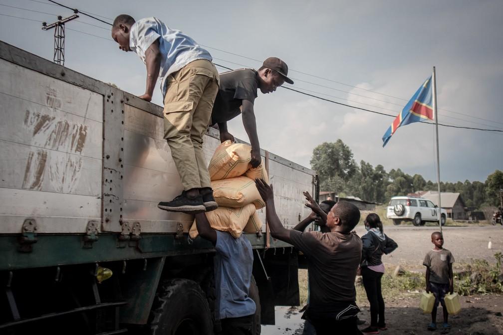 Mantimentos são entregues a moradores do leste da República Democrática do Congo no domingo (30), após crise gerada pelo vulcão Nyiragongo — Foto: Guerchom Ndebo/AFP