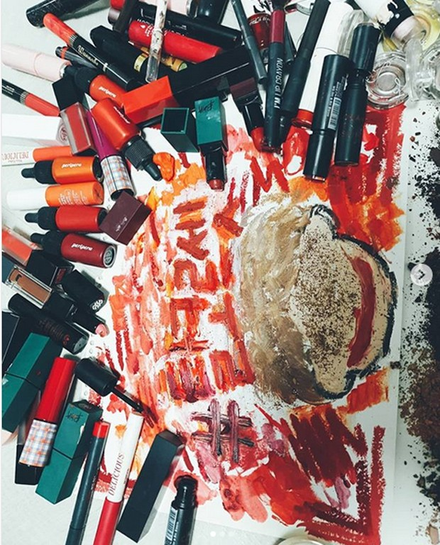 Coreanas se rebelam contra rígidos padrões de beleza destruindo cosméticos (Foto: Reprodução/Instagram)